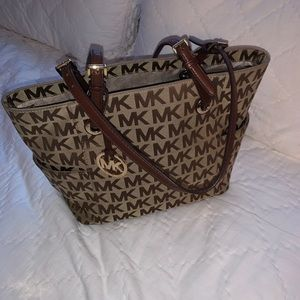 Micheal Kors Tote With Many Pockets!
